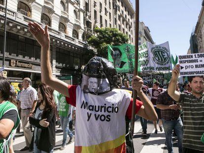 Funcionários públicos protestam na Plaza de Mayo contra as demissões.