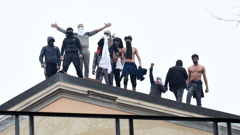 Detentos na penitenciária San Vittore, em Milão, durante um protesto em 9 de março