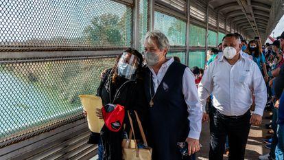 Norma Pimentel, diretora da Casa do Migrante em McAllen (EUA), acompanha na ponte fronteiriça imigrantes que atravessaram na sexta-feira.
