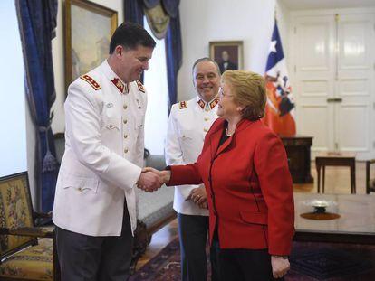 Bachelet saúda a Ricardo Martínez, novo comandante em chefe do Exército de Chile.