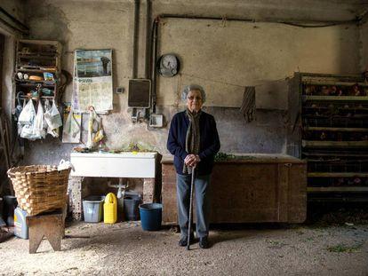 Pilar Fernández, de 101 anos, na garagem da sua casa em Ambas (Espanha).
