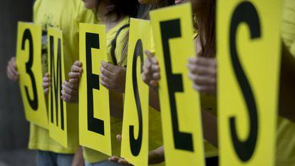 Grupo segura cartazes em ato que lembrou os três meses da morte de Marielle, na última quarta-feira, no Rio
