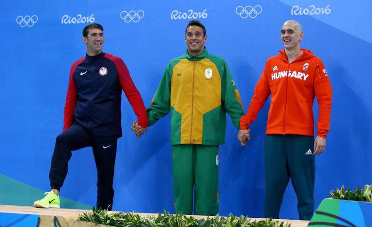 Michael Phelps (esq.), Chad Le Clos (centro) e László Cseh, medalhistas de prata nos 100m borboleta.