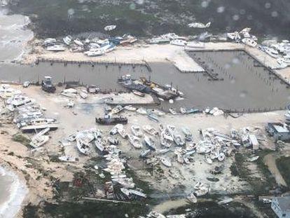 A violência dos ventos e das chuvas arrasou 13.000 casas, 45% do total das moradias das ilhas atingidas, segundo a Cruz Vermelha. ONU contabiliza que mais de 60.000 precisarão de comida e água potável