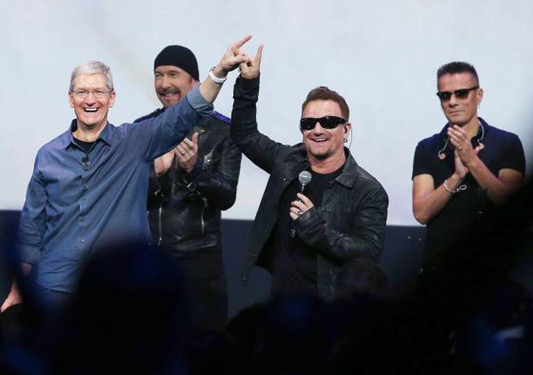 O CEO da Apple, Tim Cook (esquerda) e Bono, líder do U2, na apresentação do iPhone 6 em Cupertino.