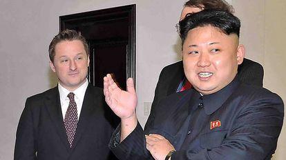 O canadense Michael Spavor (esquerda), com o líder da Coreia do Norte, Kim Jong-un, em janeiro de 2014 em Pyongyang