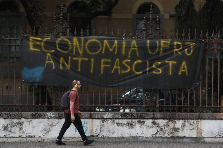 Um cartaz antifascista exposto na Universidade Federal do Rio de Janeiro (UFRJ).
