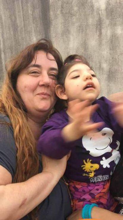 A ativista com Delfina, a quem fornece o óleo.