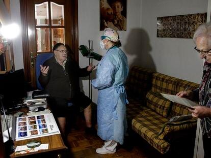 Médica atende um paciente na casa deste em Madri, em abril
