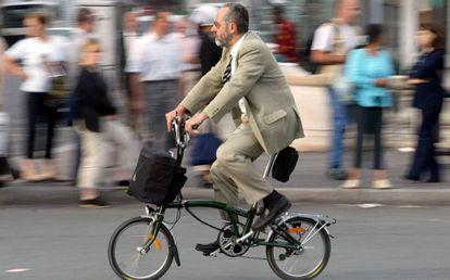 Ciclista em uma rua de Paris.