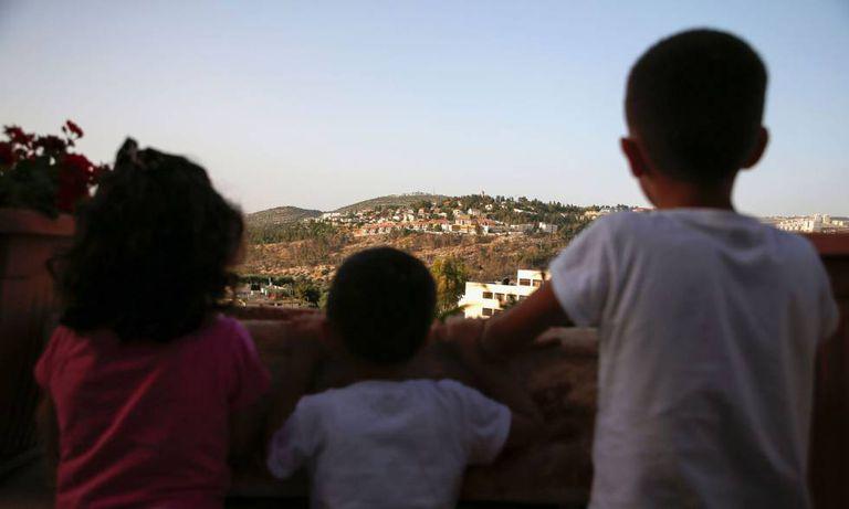 Crianças da vila palestina de Deir Ibzi.