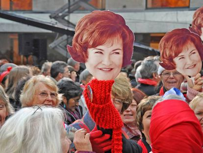 Fãs de Susan Boyle mostram máscaras com seu rosto em uma apresentação da cantora no Rockefeller Center, no Natal de 2010