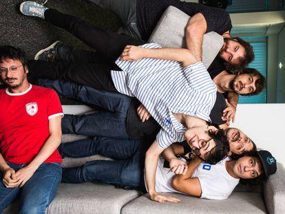 Parte da produção e elenco do Choque de Cultura, em visita ao EL PAÍS