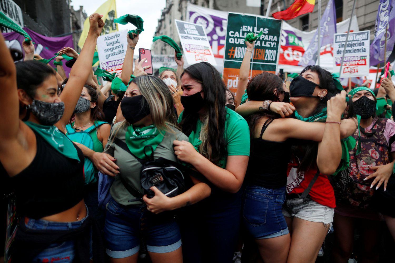 Manifestantes celebram a aprovação, pela Câmara dos Deputados, da legalização do aborto na Argentina.