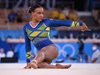 Rebeca Andrade durante sua performance histórica na Tóquio 2020, que rendeu ao Brasil sua primeira medalha na ginástica feminina em Olimpíadas