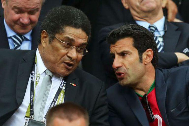 Eusébio e Figo durante a Eurocopa de 2012. / Getty