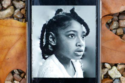 Foto da pequena Ella Kissi-Debrah no celular de sua mãe.