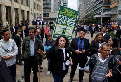 A senadora Angélica Lozano faz campanha pela consulta anticorrupção em Bogotá.