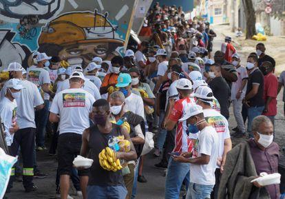 Fila para receber doação de comida em Belo Horizonte, em 24 de abril.