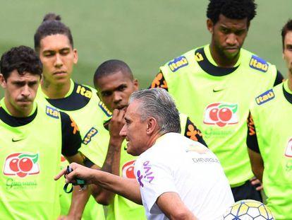 Tite instrui os atletas brasileiros para o clássico.
