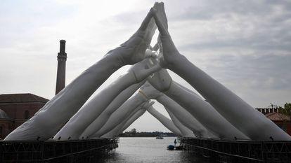 Detalhe da escultura do artista italiano Lorenzo Quinn, instalada sobre uma ponte de canal veneciano no antigo astaleiro de Arsenale.