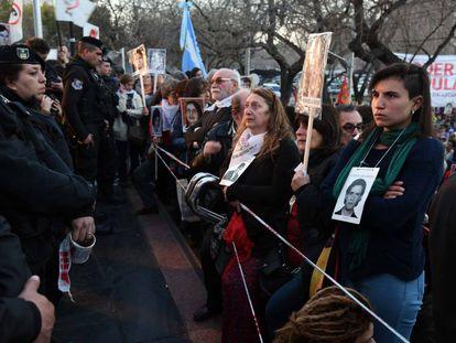 Multidão espera em frente ao tribunal de Mendoza a condenação de juízes da ditadura.