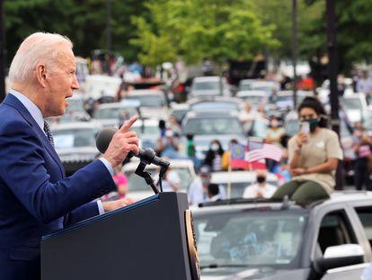 Biden discursa em Duluth, Georgia, durante carreata do partido Democrata para marcar os 100 primeiros dias de seu Governo, na quinta-feira.