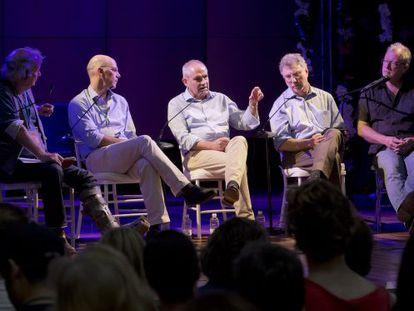 Da esquerda para a direita, Ed Vulliamy, Alejandro Santos, Antonio Caño, Martin Baron e Jon Lee Anderson, no debate.