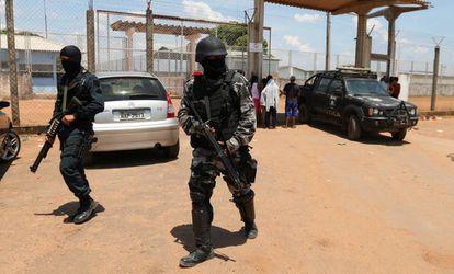 Policiais cercam presídio em Boa Vista.