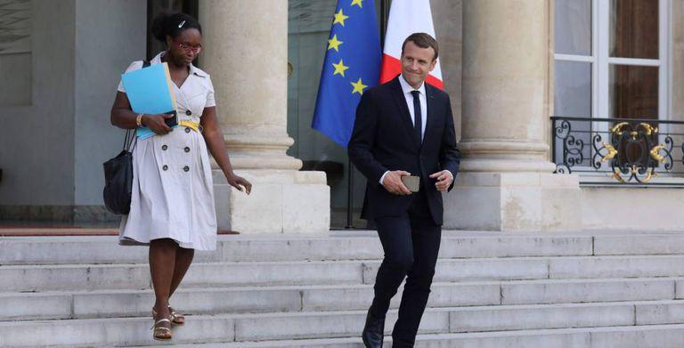 Macron sai do Elíseo com uma de suas assessoras, Sibeth Ndiaye.