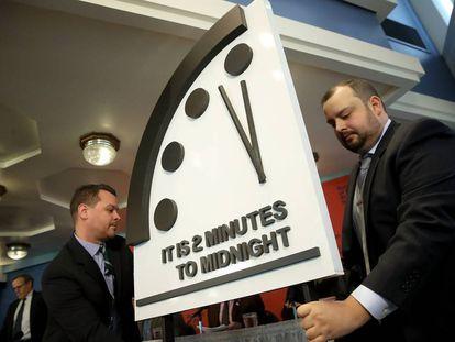 O simbólico Relógio do Apocalipse marcando dois minutos para a meia-noite.