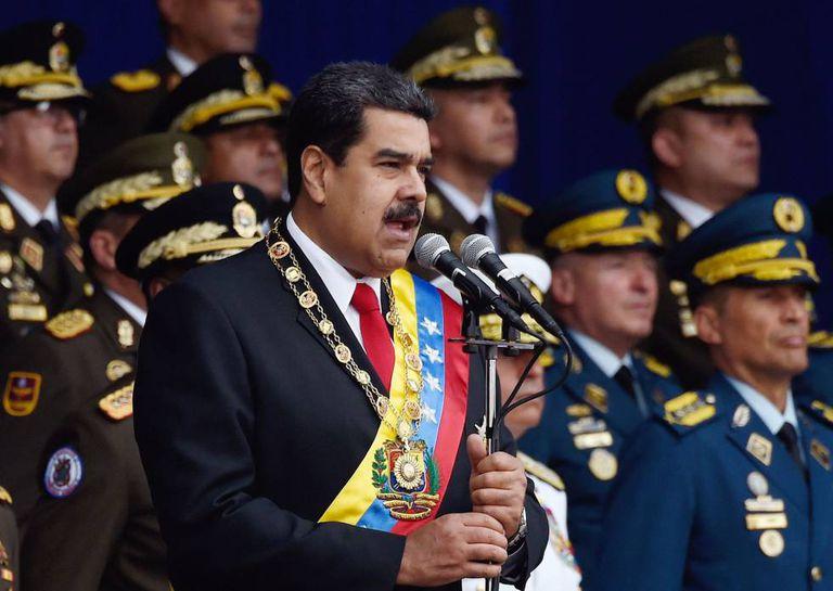 O presidente da Venezuela, Nicolás Maduro, acompanhado de comandantes militares no desfile de 4 de agosto, quando sofreu uma tentativa de atentado.