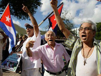 Cubanos anticastristas protestam em Miami no sábado.