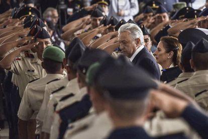 López Obrador entre militares no Dia do Exército Mexicano