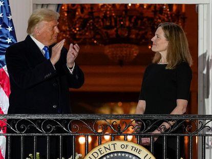 Donald Trump e a juíza Amy Coney Barrett, após sua confirmação para a Suprema Corte.
