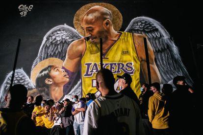 O Los Angeles Lakers conquistou o título da NBA uma década depois de seu último título e no ano da morte do icônico ex-jogador da equipe, Kobe Bryant. A final, em que o Lakers derrotou o Miami Heat por 106x93, serviu de homenagem a Bryant.