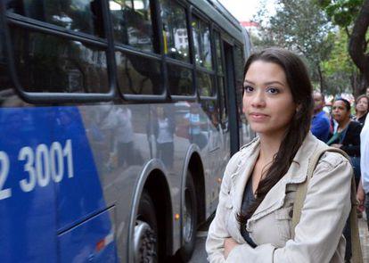Passageiros à espera de ônibus em São Paulo.