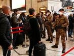 Soldados italianos revisan a los pasajeros que salen de la estación principal de Milán, este lunes.