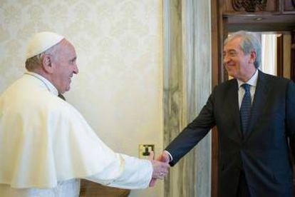 O Papa cumprimenta o ex-auditor geral do Vaticano