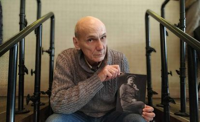 George Shajet segura uma foto de seu avô, um engenheiro que foi alvo de represálias em 1934, em Moscou.