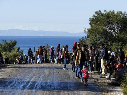 Refugiados sírios caminham pela cidade turca de Dikili, na costa, em 5 de março.