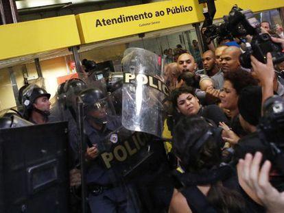 Policiais e manifestantes no protesto no dia 27, em São Paulo.