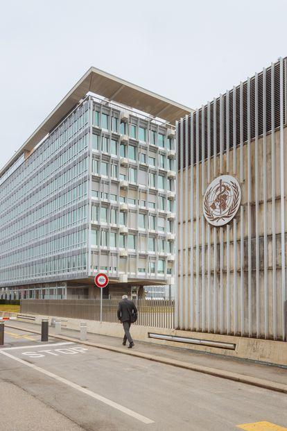 Um homem caminha em frente à sede da Organização Mundial da Saúde em Genebra (Suíça), em 3 de março passado.