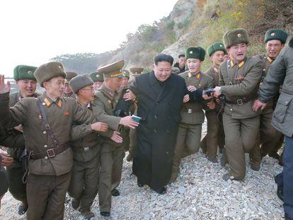 Kim Jong-un inspeciona um batalhão.