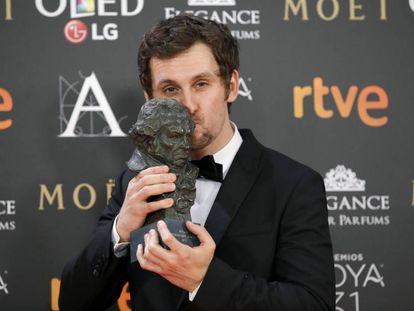 O ator e diretor Raúl Arévalo posa com o Goya.