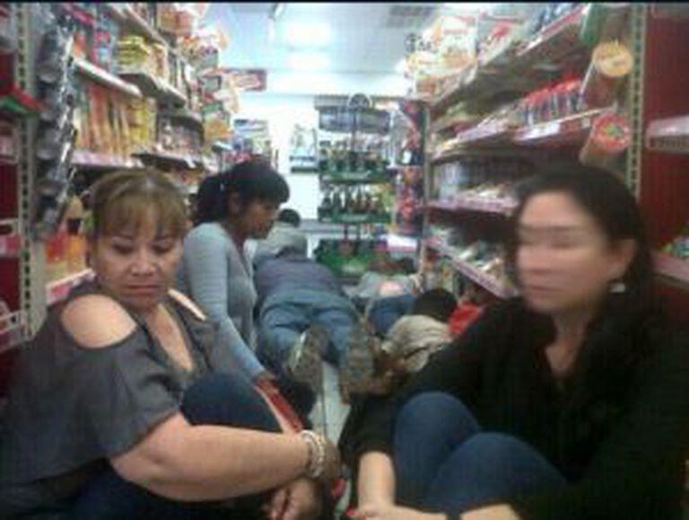 Clientes de uma loja tentam se proteger dos tiros em Reynosa, na terça.