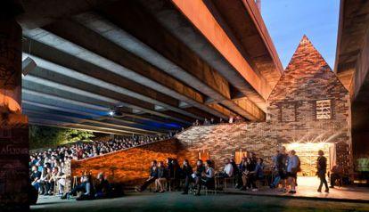 Centro cultural debaixo de uma rodovia elevada no bairro de Hackney.