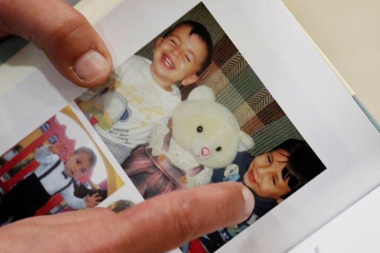 Abdullah Kurdi mostra uma fotografia de seus filhos Alan e Ghalib, mortos no naufrágio do barco em que viajavam em 2 de setembro de 2015, durante entrevista à Reuters em Erbil (Iraque), em fevereiro.