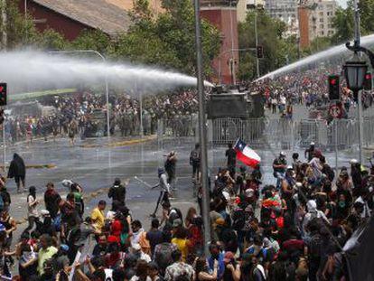 Greve convocada pelos sindicatos para esta quarta-feira foi sentida especialmente nas ruas de Santiago, onde houve protestos de massa