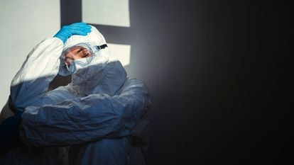 Médica faz uma pausa, esgotada, em um hospital da Sérvia, em abril do ano passado.